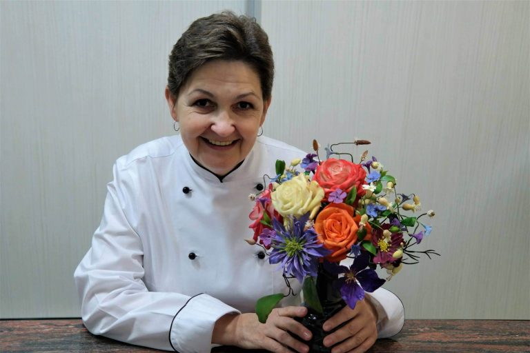 Din flori de zahăr, o dulce ocupaţie pentru o fostă profesoară din Beclean