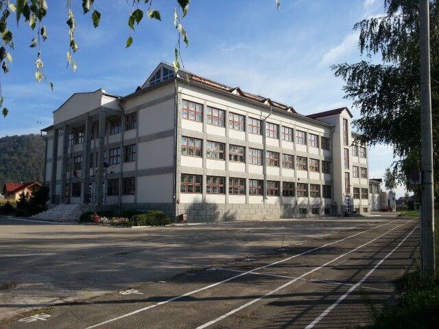 Lift pentru persoane cu dizabilităţi, la şcoala de pe strada Petru Maior din Beclean