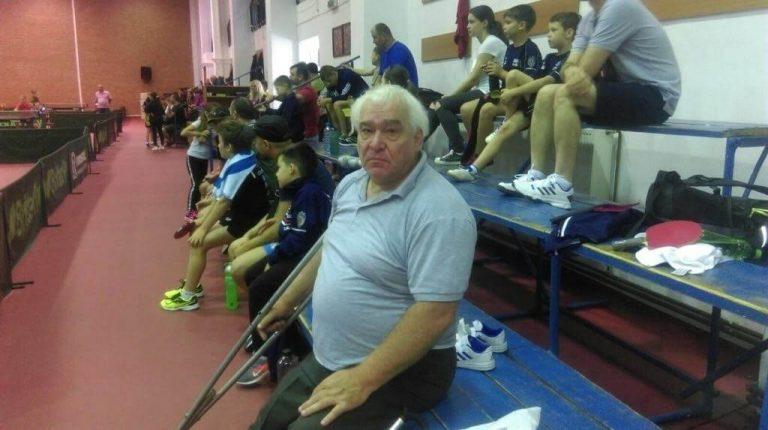 """Premieră: Singurul român care arbitrează din scaunul cu rotile tenisul de masă e din Beclean; în curând, va """"ţine în mână"""" Campionatul European din Cluj"""