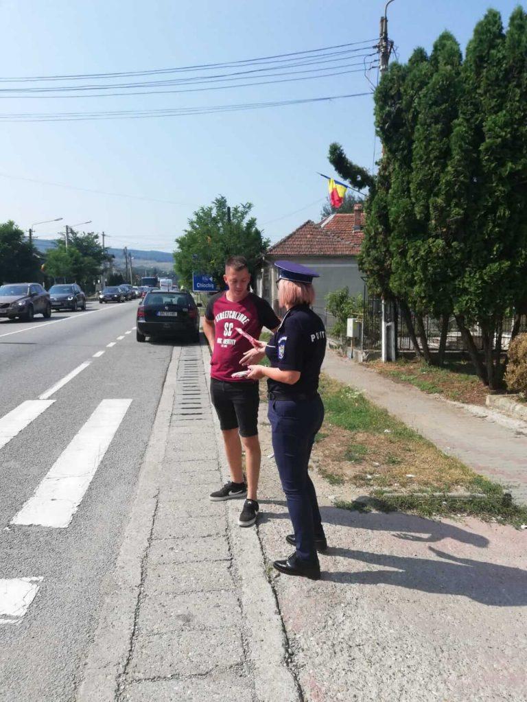 Polițiștii le-au dat înghețată pietonilor care circulau corect prin Beclean